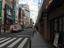 道順3 横断歩道を渡り線路沿いに新宿方面へ進みます