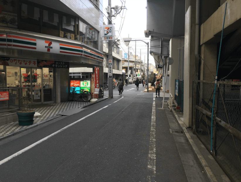 道順4 セブンイレブン吉祥寺本町一丁目店さんの交差点を左へ